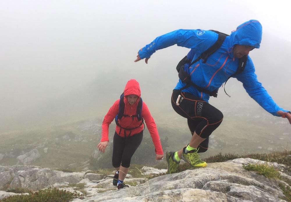 Zwei Menschen in den Bergen in den Alpen