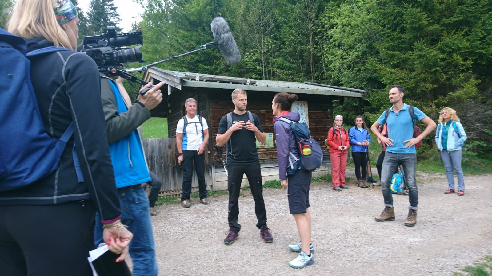 Fernseh-Team beim Interview während einer Wanderung