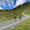 Zwei Läufer in den Bergen in der Schweiz
